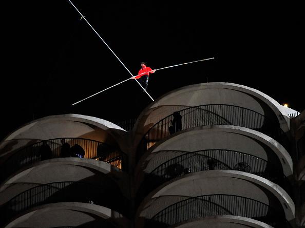 Tightrope「Daredevil Nik Wallenda Walks Across Tightrope In Between Downtown Chicago Buildings」:写真・画像(6)[壁紙.com]