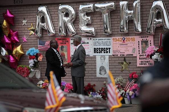 Scott Olson「Fans Of Soul Legend Aretha Franklin Pay Their Respects As Her Body Lies In Repose In Detroit」:写真・画像(12)[壁紙.com]