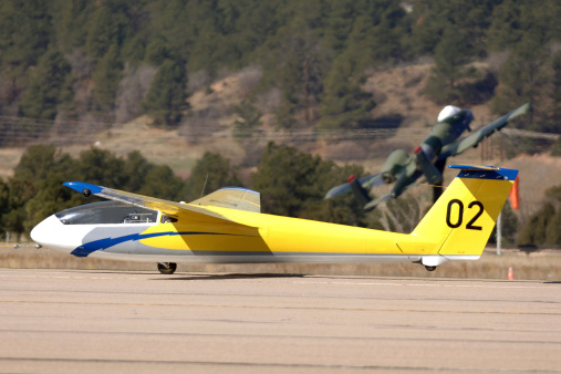 Glider「A TG-10B glider lifts into the air as it is towed down the runway by a Piper Super Cub tow plane at the U.S. Air Force Academy, Colorado. 」:スマホ壁紙(6)