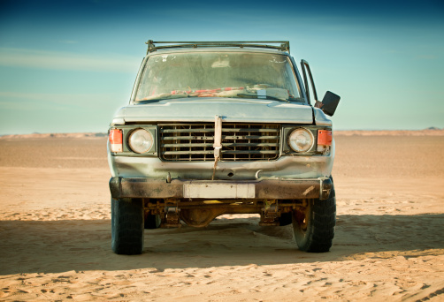 Rusty「Run down 4x4 in Libyan desert」:スマホ壁紙(18)