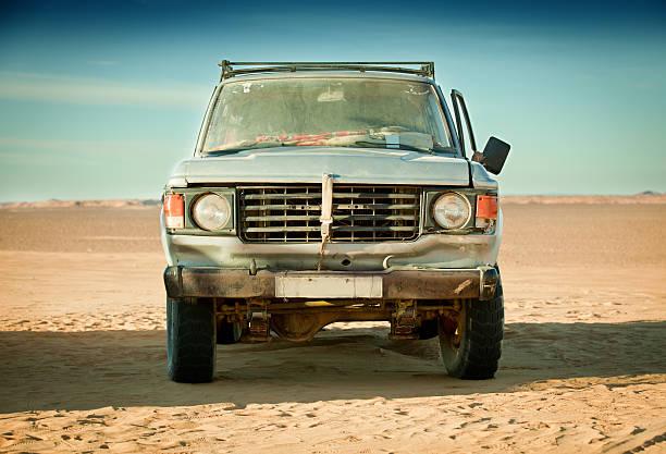Run down 4x4 in Libyan desert:スマホ壁紙(壁紙.com)