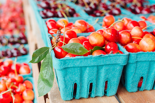 Farmer's Market「Fresh cherries in paper containers at farmers market」:スマホ壁紙(19)