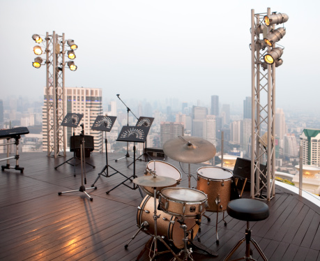 Drum Kit「music stands and drums at stage of a high building」:スマホ壁紙(7)