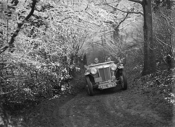Country Road「1936 MG TA of the Cream Cracker Team taking part in a motoring trial, late 1930s」:写真・画像(2)[壁紙.com]