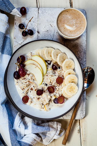 Granola「Muesli bowl with bananas, apples, grapes, with coffee」:スマホ壁紙(15)