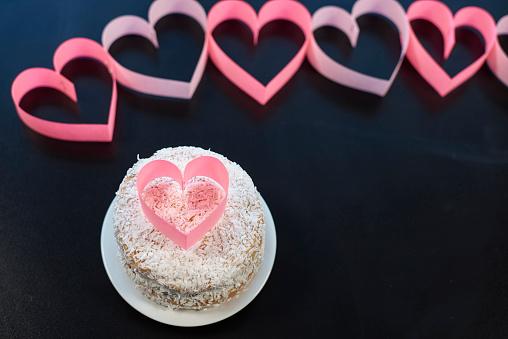 月「Pink heart on sweet cake. Debica, Poland」:スマホ壁紙(14)