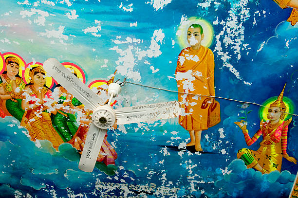 Religious artwork on the ceiling of a locpagoda:スマホ壁紙(壁紙.com)