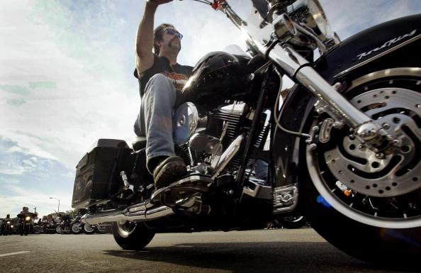 Motorcycle「Biker Cruises Main Street」:写真・画像(17)[壁紙.com]