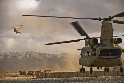 CH-47 Chinook「U.S. Army CH-47 Chinook helicopters depart a military base in Afghanistan.」:スマホ壁紙(3)