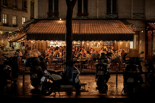 Crowd「Paris: Further Coronavirus Restrictions Leave France's Cafe Culture Out In The Cold」:写真・画像(13)[壁紙.com]