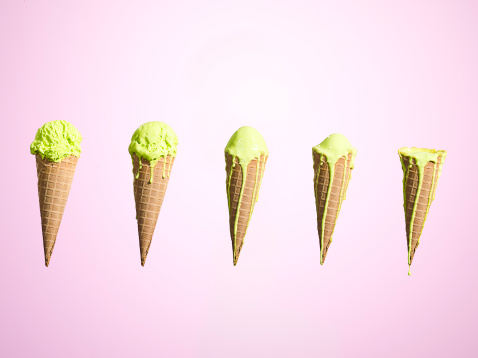 Contrasts「Row of melting ice creams at different stages」:スマホ壁紙(1)