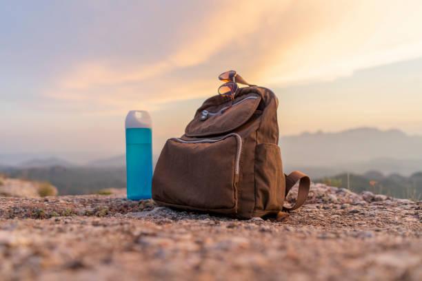 Backpack in the mountains:スマホ壁紙(壁紙.com)