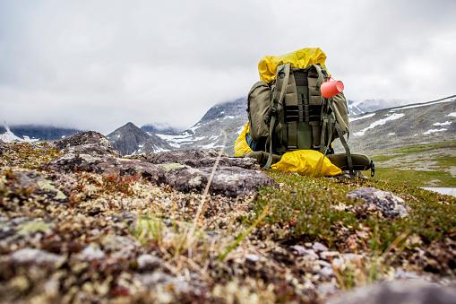 Carefree「Backpack in mountain field」:スマホ壁紙(19)