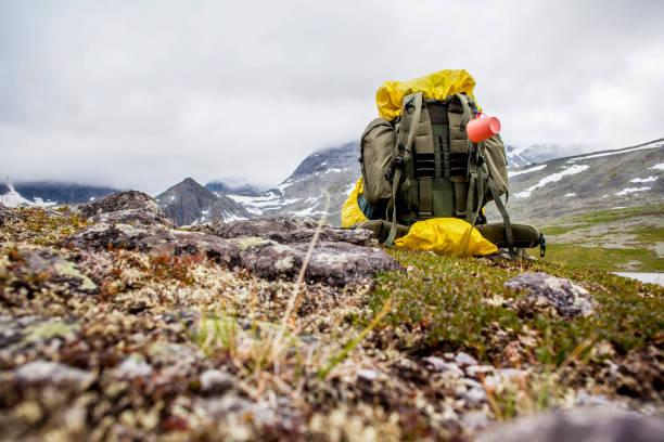 Backpack in mountain field:スマホ壁紙(壁紙.com)