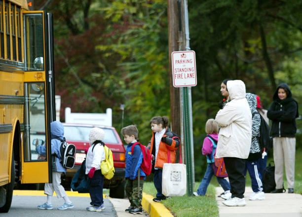 Wary Parents Watch Children Get On Bus In VA:ニュース(壁紙.com)