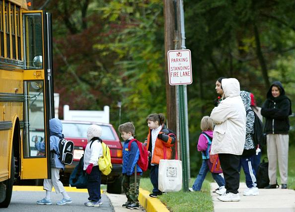 School Bus「Wary Parents Watch Children Get On Bus In VA」:写真・画像(1)[壁紙.com]