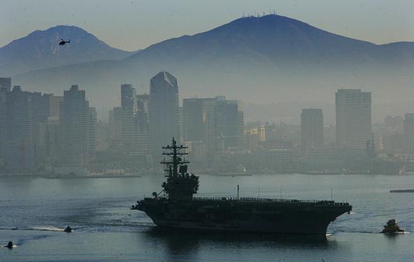 サンディエゴ「USS Ronald Reagan Departs On Maiden Deployment To Iraq」:写真・画像(5)[壁紙.com]