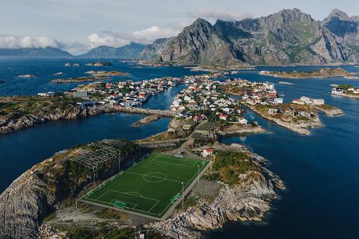 島「ロフォーテン諸島のサッカー場の風光明媚な空中写真」:スマホ壁紙(14)