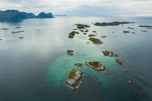 島「夏のロフォーテン諸島の風光明媚な空中写真」:スマホ壁紙(14)