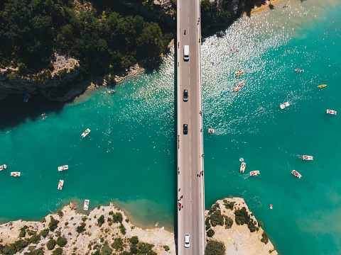 France「Scenic aerial view of boats on  Verdon lake and cars on the bridge」:スマホ壁紙(19)