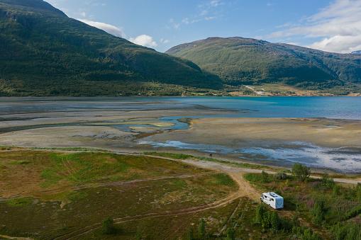 Carefree「Scenic aerial view of camper van on  road in Norwegian countryside」:スマホ壁紙(10)