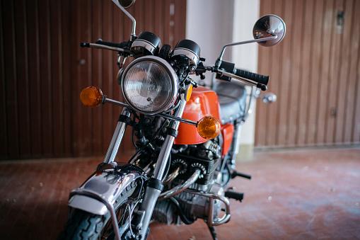 Motorcycle「Vintage motorbike parked in garage」:スマホ壁紙(6)