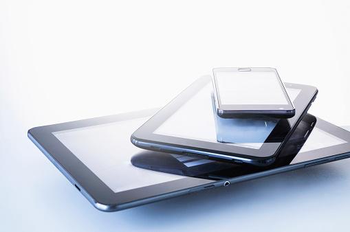 Digital Tablet「Smart phone lying on digital tablets」:スマホ壁紙(14)