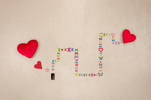 カラー背景「Smart phone sending love messges」:スマホ壁紙(3)