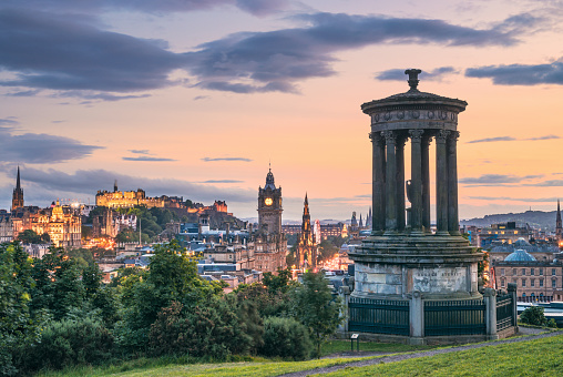 Castle「Edinburgh's historic skyline at Dusk - Calton Hill viewpoint」:スマホ壁紙(2)