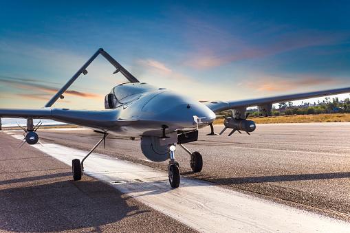 無人航空機「滑走路上の武装無人航空機」:スマホ壁紙(4)