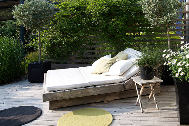 Modern garden with an outdoor bed in the afternoon sun:スマホ壁紙(壁紙.com)