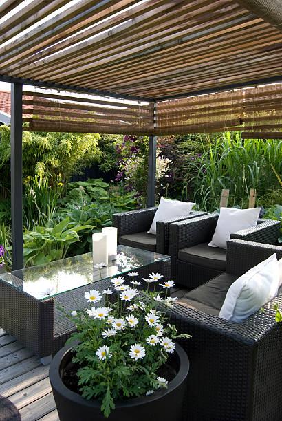 Modern Garden with a pergola and wicker sofa:スマホ壁紙(壁紙.com)