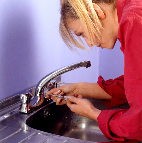DIY「Woman fixing a new tap and kitchen sink」:写真・画像(15)[壁紙.com]