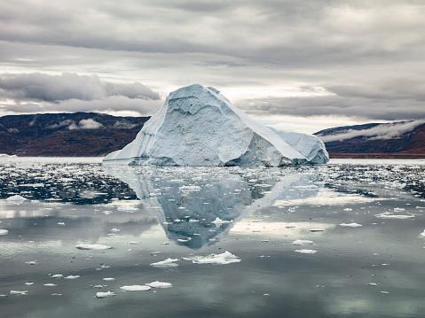 Atmospheric Mood「Arctic Iceberg Reflections Ilulissat Greenland」:スマホ壁紙(12)