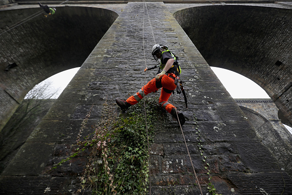 Rope Access Technician「Abseilers Descend To Clean The Chirk Aqueduct」:写真・画像(0)[壁紙.com]