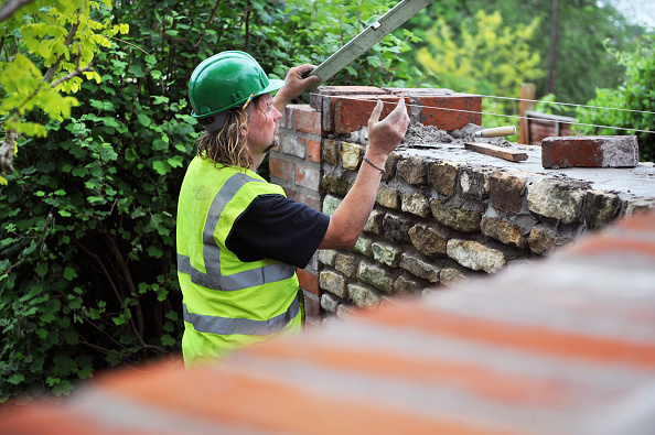 Mortar - Weapon「Using a spirit level during the building of a garden wall with cotswold stone and cement mortar UK」:写真・画像(2)[壁紙.com]