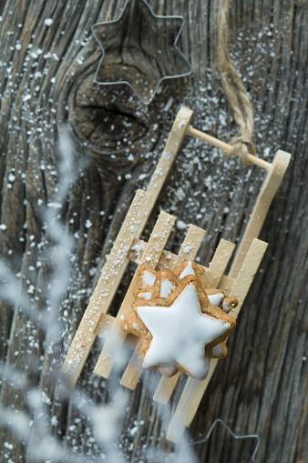 Sled「Stack of cinnamon stars on miniature sledge」:スマホ壁紙(2)