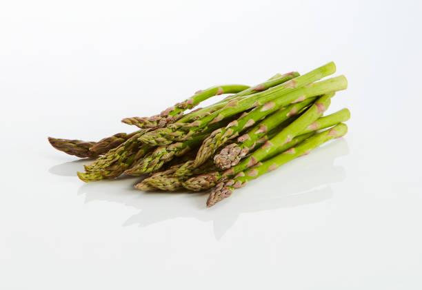 Green asparagus on white ground:スマホ壁紙(壁紙.com)