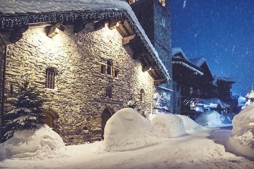 吹雪「Val d ' isere 照らされたファサードと雪でいっぱいのフランスのスキー リゾートの街」:スマホ壁紙(8)