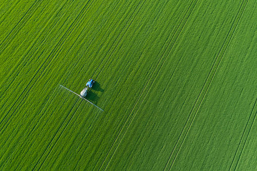 Insecticide「Germany, Thuringia, Aerial view of†Crop Sprayer†lying in green countryside field」:スマホ壁紙(9)