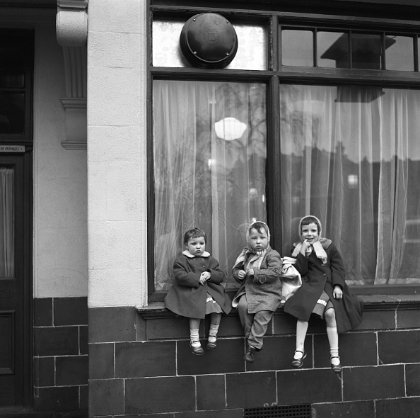 Children Only「Three Children Perched On The Windowsill Of A Pub」:写真・画像(5)[壁紙.com]