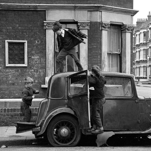 Children Only「Three Children Play With A Broken Down Car 1950's」:写真・画像(3)[壁紙.com]