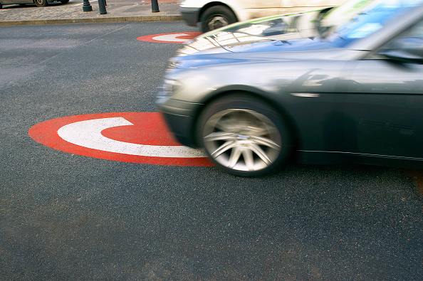 Crossing「Congestion charge area sign on a road, central London, UK」:写真・画像(14)[壁紙.com]
