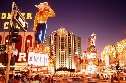 Nightlife「USA, Nevada, downtown Las Vegas, neon signs on Fremont Street」:スマホ壁紙(2)