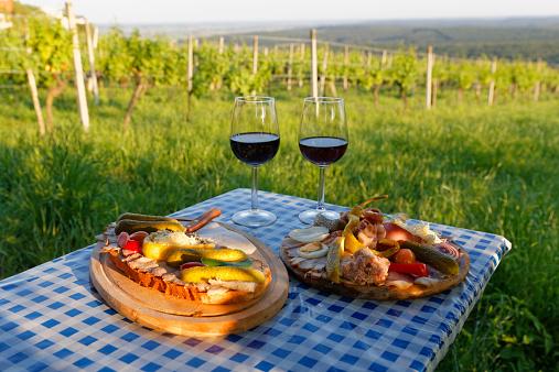 Austria「Austria, Burgenland, Oberwart District, Eisenberg an der Pinka, Red wine glasses, Caraway roast and vintner-plate on table」:スマホ壁紙(10)