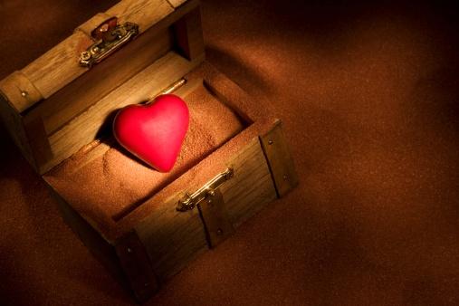 ハート「Heart in a wooden box」:スマホ壁紙(3)