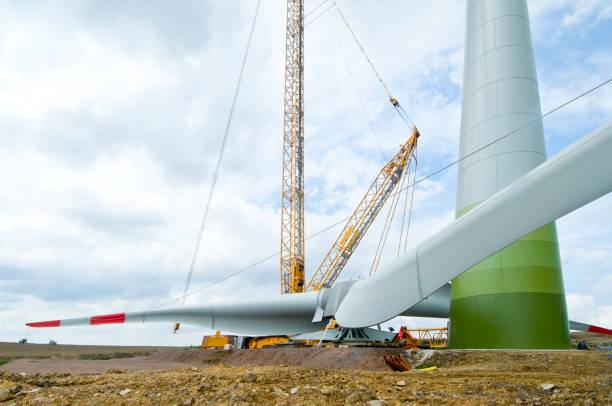Installation the rotor blades on a wind turbine:スマホ壁紙(壁紙.com)