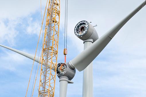 Erection「Installation the rotor blades on a wind turbine」:スマホ壁紙(3)