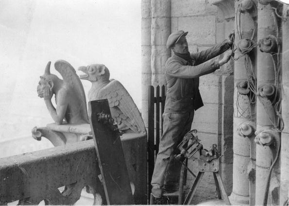 Installing「Installation works at the cathedral of Notre-Dame in Paris, Photograph, Around 1900」:写真・画像(3)[壁紙.com]