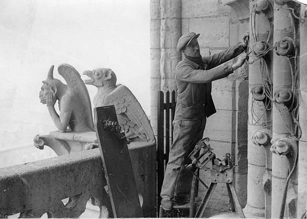 Installation works at the cathedral of Notre-Dame in Paris, Photograph, Around 1900:ニュース(壁紙.com)
